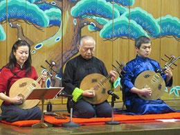 左から塩見文枝さん、坂田進一先生、伊吹清寿さん。5月23日、史跡料亭「花月」にて