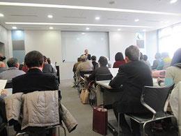 大勢の聴講者の前で講演する湯谷祐三さん