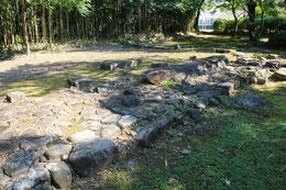 屋敷の礎石が残っている。