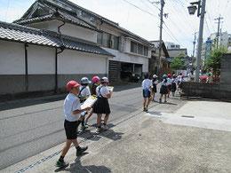 郷土史を学びながら隈町内を歩く小学生