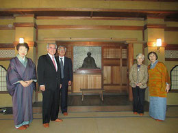 頼山陽文徳殿の頼山陽像前。左から石村代表、出利葉さん、近砂さん、吉森さん、見延