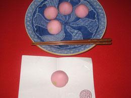 梅を模した和菓子。取り方を間違える。  正しくは手前左側から取るという。