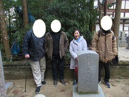 左からアメリカ人のAさん、ロシア人のBさん、見延をはさみ、右は日本人のCさん
