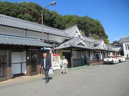 JR竹田駅。近砂さんと案内人のEさん。