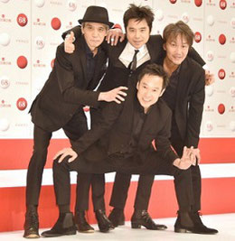無邪気に喜ぶ宮本クン(後列中央)50歳。若い頃ならこんなふうに喜べなかったかも。