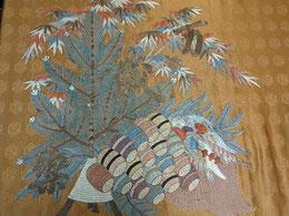 戦前の古い日本刺繍を切り取って                      別の布に石村が貼ったもの