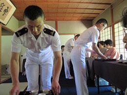 海上自衛隊の男性隊員によるお接待   (清風館)