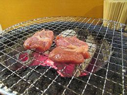 「ジンギスカン」にひかれて入ったら、炭火で焼いて食べる店。これは残念編だった。