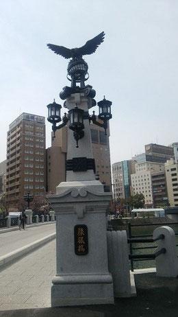 親柱の先端にある青銅製の鷹も復元。
