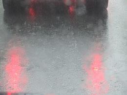 アスファルトを打つ激しい雨