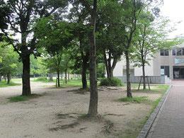 まんが図書館(手前)の後ろが御便殿跡広場
