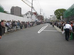 開始直前の沿道。主催者発表72、000名