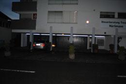 Hausseite zur Strasse bei Nacht