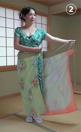 着物の下を腰に巻き付けます。裾の高さを腰の位置で加減します。