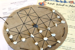 Alte Spiele und Brettspiele aus dem Mittelalter, zum Beispiel Halatafl