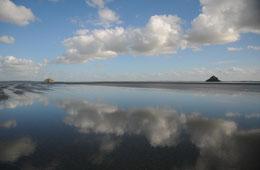 le Mont Saint Michel et Tombelaine entre Ciel & Mer, Reflets en baie