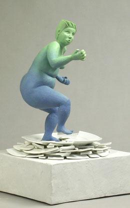 blau und grüne wütende Figur die auf einem Scherbenhaufen stampft