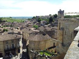 Le village de St Emilion, classé Patrimoine mondial de l'Unesco, veillant sur ses prestigieux crus et la rivière Dordogne