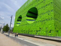 Cube orange et cube vert, des bureaux et des magasins