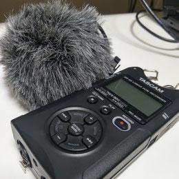 「そのモフモフなんですか? 飾り?」と聞かれることの多いカメラマイク(奥)と、PCMレコーダー(手前)。PCMレコーダーはめっちゃ高精度なMP3レコーダーみたいなものだと思っていただければ間違いないです。
