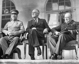Слева направо: Сталин, Рузвельт, Черчилль