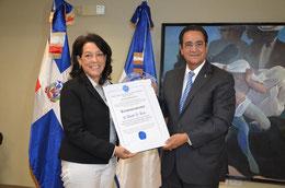 El rector de la UASD, doctor Iván Grullón Fernández,  entrega el reconocimiento a la doctora Daisy Josefina Báez.