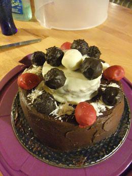 Geburtstagstorte mit dunkler Schokolade und selbstgemachten Pralinen