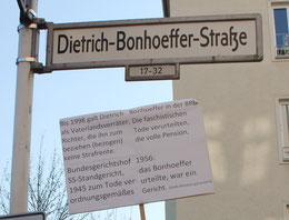 """Strassenschild """"Dietrich-Bonhoeffer-Strasse"""" und Plakat bei der Gedenkveranstaltung am 9.April 2015"""
