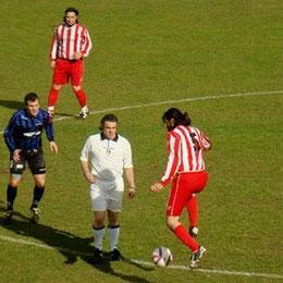 Bocchi e Perrone con l'arbitro in mezzo