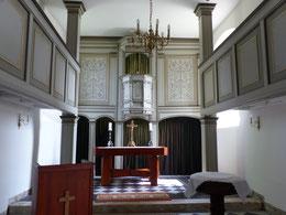Blick zum Altar mit Kanzel