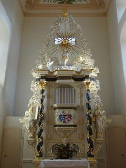 Barocker Kanzelaltar im Altarraum.