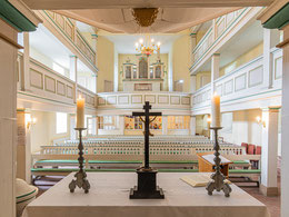 Blick vom Altar ins Kirchenschiff