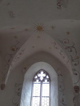 Ausschnitt Kreuzgratgewölbe und gotisches Fenster