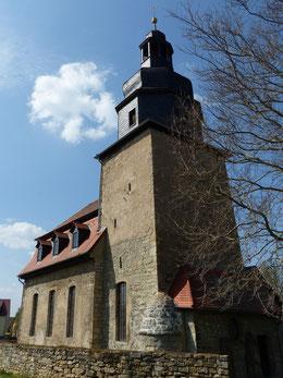 Kirche in Göttern mit Eingang zur Sakristei