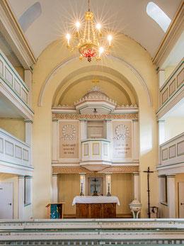 Altar, Kanzel und Taufstein der Ruthaer Kirche
