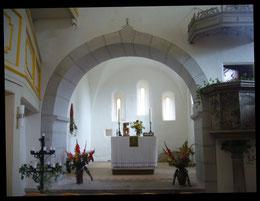 Blick nach Osten in den Chorraum aus dem 14.Jh. mit dem noch aus dem Vorgängerbau stammenden Triumpfbogen und der Kanzel aus dem Jahr 1613