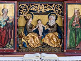 Predella des Flügelaltars, im Mittelteil Anna selbdritt: Maria mit dem Jesuskind und ihre Mutter, die heilige Anna
