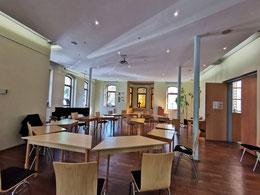 Gemeindesaal, hier mit Tischen und Bestuhlung