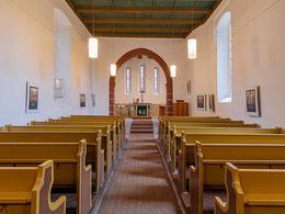 Kirchenschiff mit Triumphbogen und Blick zum Altar
