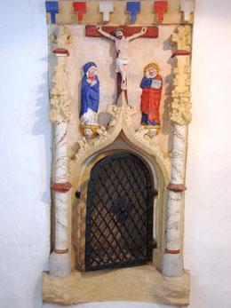 Spätgotische Sakramentsnische mit dem Gekreuzigten, Maria und Johannes
