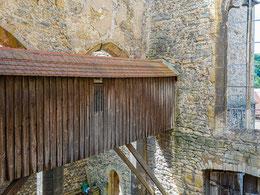 Ein überdachter Holzsteg ermöglicht den Zugang zu den Turmobergeschossen