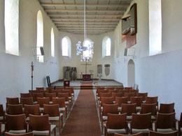 Chorraum mit Altar und historischen Grabplatten, rechts oben die kleine Orgel