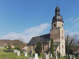 Drackendorfer Kirche von Nordwesten, im Vordergrund der Friedhof mit historischen Gräbern der Gutsherren von Ziegesar und von Helldorf