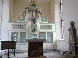Chorraum mit Altar und Kanzel
