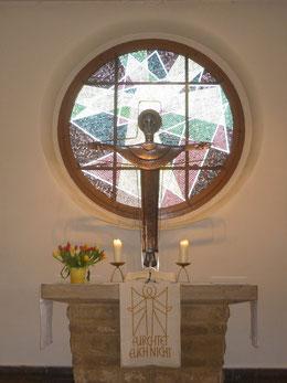 Altarraum mit segnendem Christus und Fenster von Harry Franke (1960)