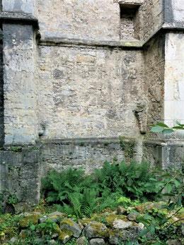 Fundamente des ehemaligen Anbaus an der Nordseite