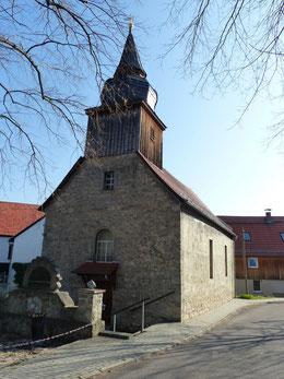 Außenansicht der Dorfkirche Maina von Westen