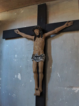 Blick von der Tür zur Südwand mit restauriertem gotischem Kruzifix