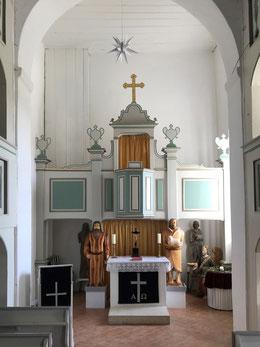Altar mit Kanzel, links Mose und rechts Johannes der Täufer