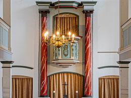 Kanzelaltar mit hohem Säulenpaar